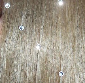 Стразы на волосах: когда это уместно?